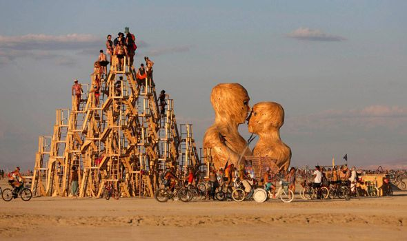 BURNING-MAN-ESCULTURA-Y-TEMPLO